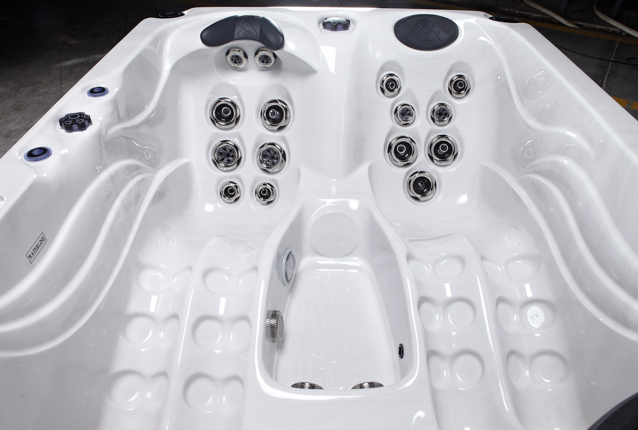 Cosy up in Favells Titus Plug&Play hot tub for an intimate evening of relaxation.  This hot tub is designed for up to 3 people with 1 sitting + 2 loungers. The Titus Plug&Play includes 23 jets, water features and LED lights.  www.Fa » Spas, Swim Spas & Accessories Fuengirola, Costa Del Sol, Spain